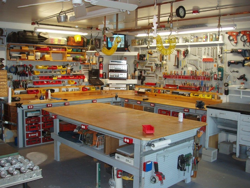 garage workbench 1024x768 1024x768 - Как открыть бизнес в своем гараже?