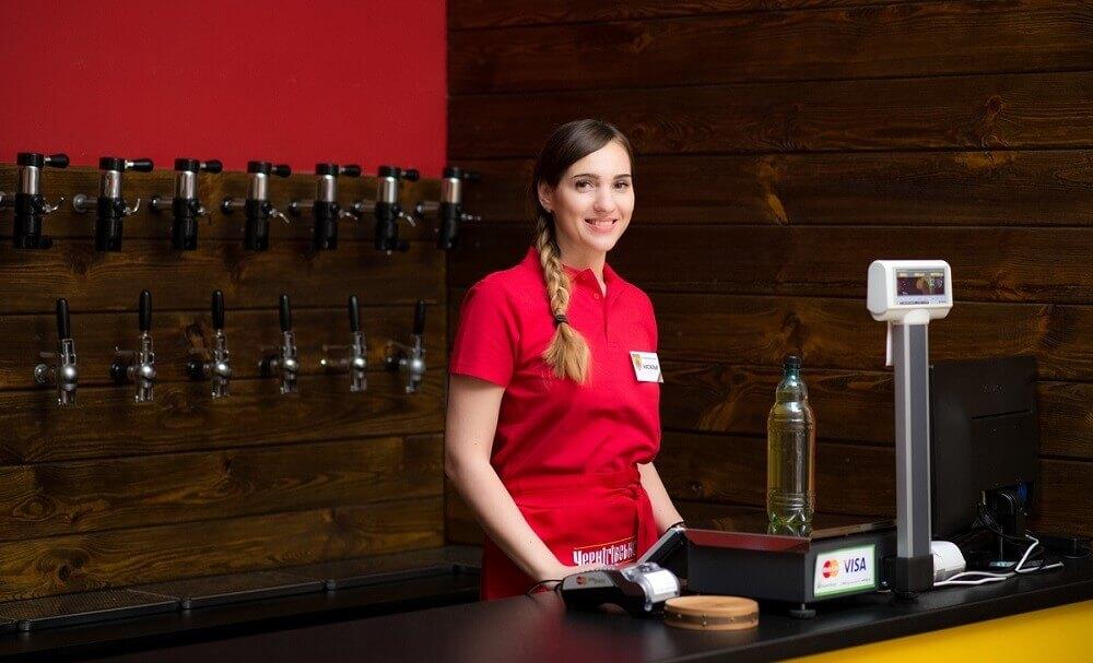 personal pivnogo magazina - Как открыть пивной магазин: с чего начать и сколько можно заработать