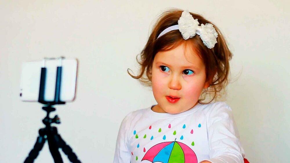Девочка-блогер снимется с помощью мобильного