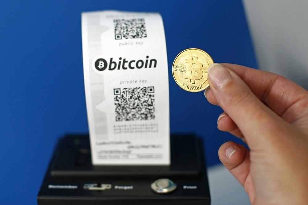kassovyj chek i moneta bitkoin v rukah - Как поменять биткоин и другие криптовалюты: обзор 6 способов