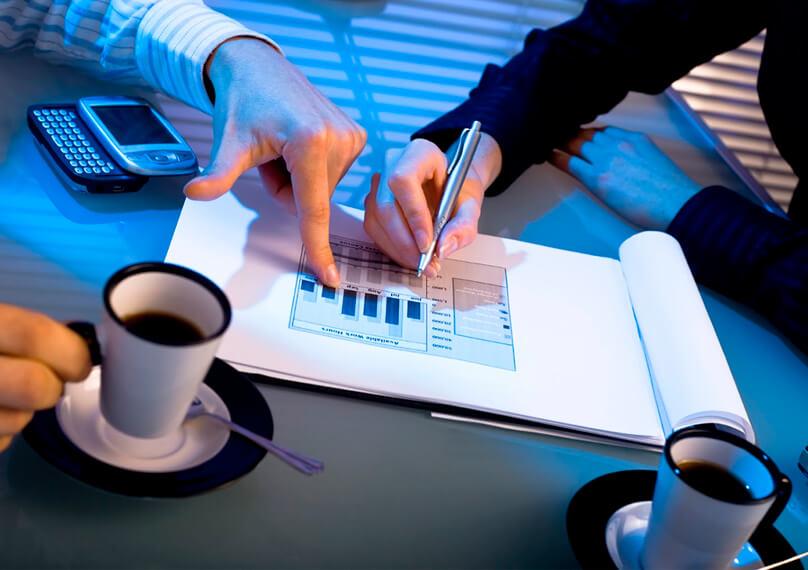 Мужская и женская рука работают над планом-графиком