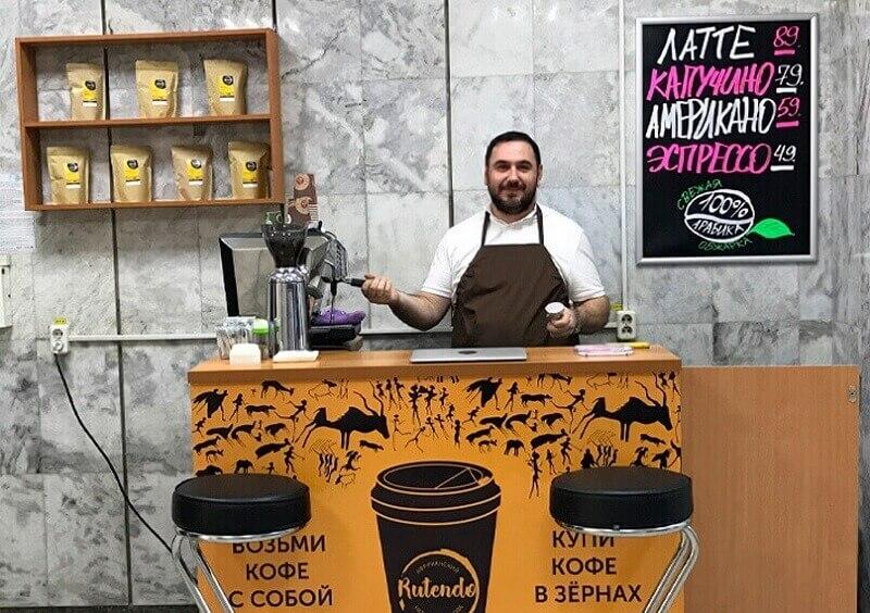 Продавец за прилавком кофейни