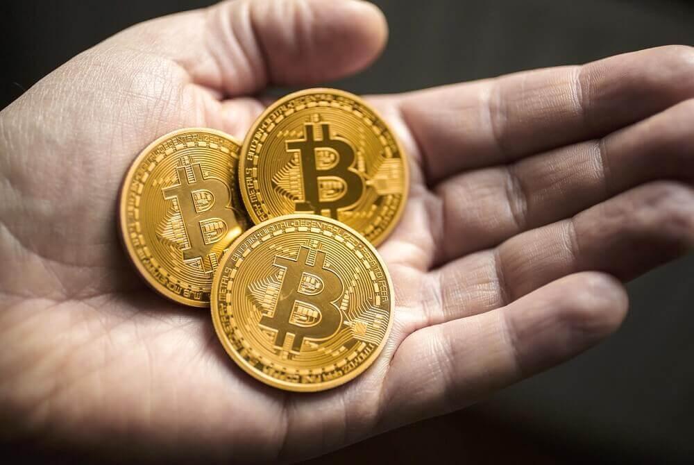 tri monety bitkoin v ruke - Как поменять биткоин и другие криптовалюты: обзор 6 способов