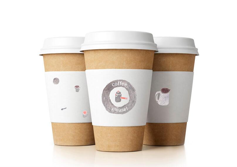 Три одноразовых стаканчика с кофе