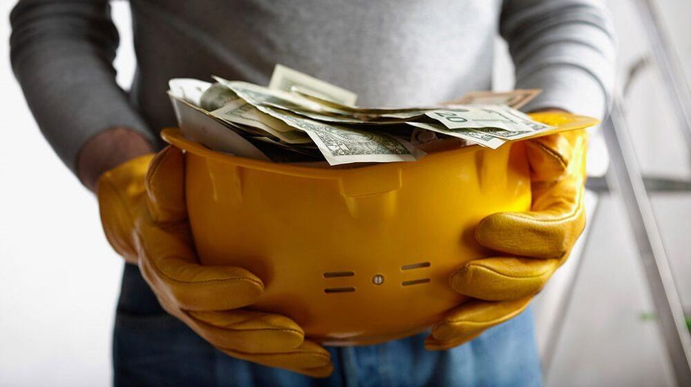 Деньги в строительной каске