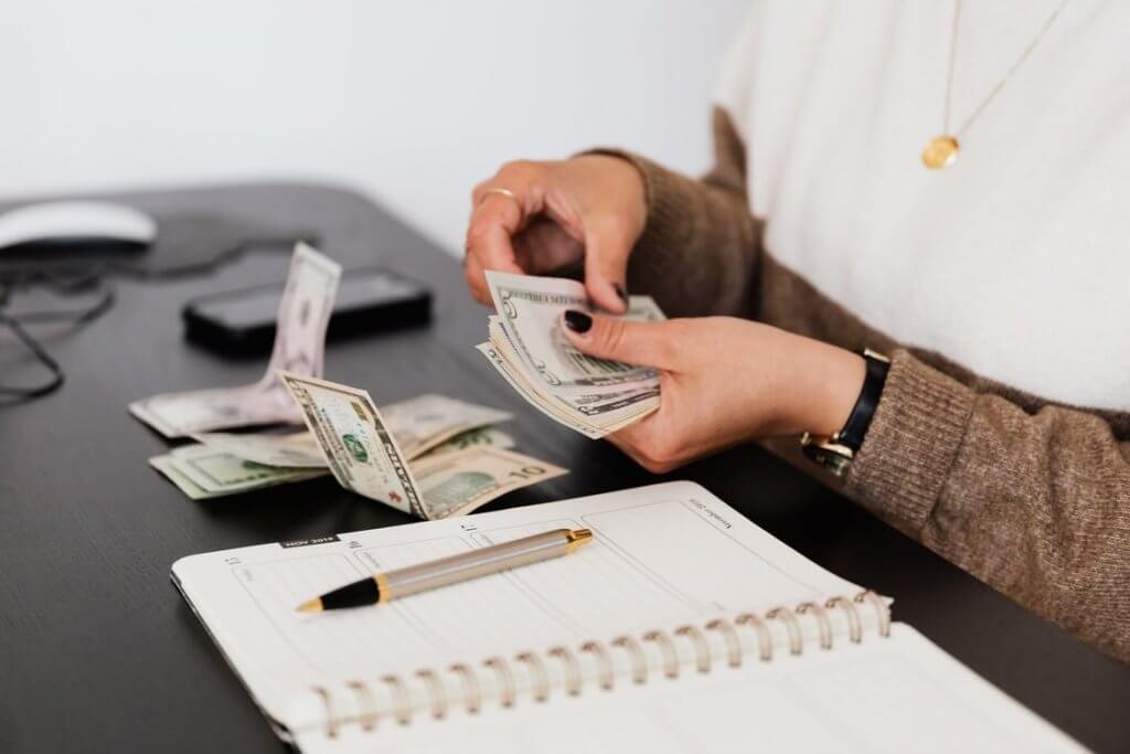 pexels photo 4475523 1024x683 - Как начать инвестировать - 8 мифов об инвестициях, которые мешают вам разбогатеть