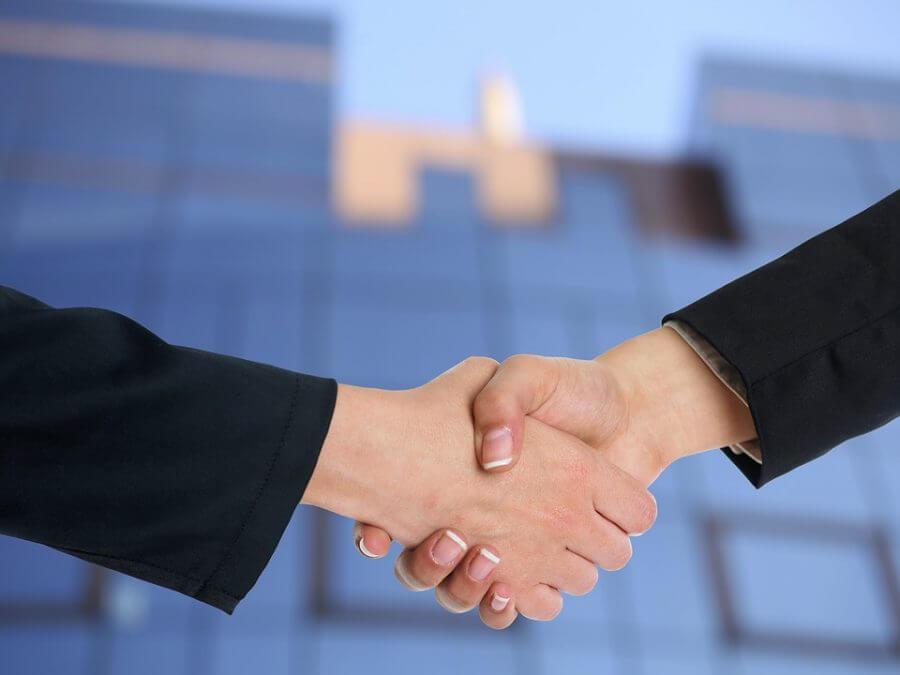 handshake 3298455 960 720 900x675 1 - Роялти - виды, ставки, расчет платежа